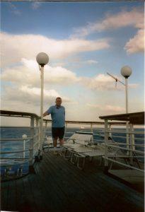 Daniel pose à l'arrière du bateau aucune comparaison avec Celebrity