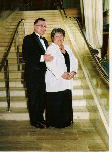 Daniel et Micheline au pied du grand escalier