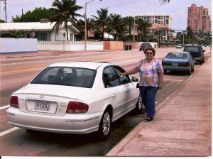 Micheline pose près de la plage