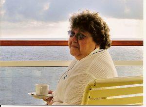 Micheline prend son café sur le balcon