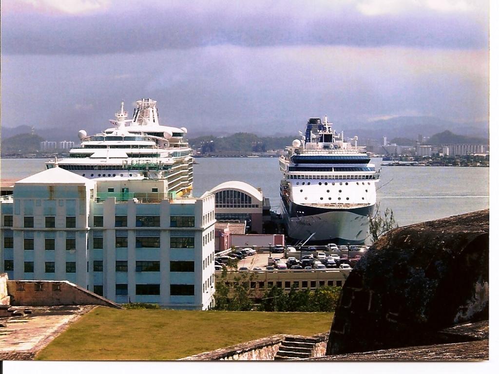 Notre bateau (à gauche) au port