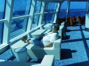 Micheline relaxe sur le devant du bateau à l'Observation Lounge Bar