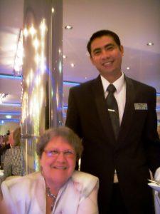 Micheline pose avec notre serveur Cenon à la Grande salle à manger