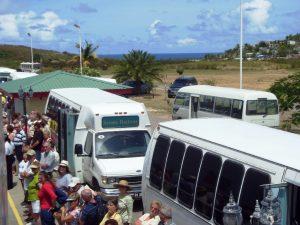Train du tour de l'île - les gens attendent pour embarquer