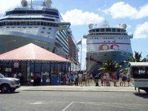 Notre bateau au port (à gauche)