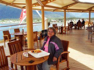Micheline sur le pont 10 devant Sitka