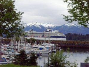 Le bateau en rade en face de Sitka