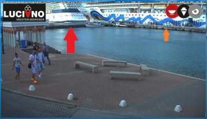 L'Eclipse, le bateau de nos voyageurs (rouge) et le AIDAdiva (orange) au port.